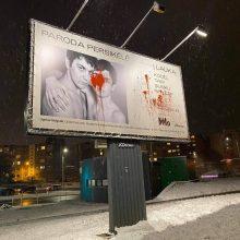 Prasiveržė netolerancija: sugadintas homoseksualus vaizduojantis parodos kūrinio plakatas