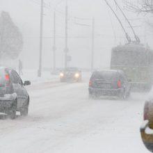 Dėl sniego ir pustymo eismo sąlygos daug kur sudėtingos