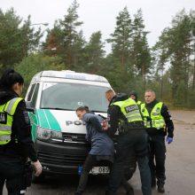 Rungtys: geriausios policininkų komandos konkurse klaipėdiečiai pareigūnai atliko vairavimo, orientavimosi ir kitas užduotis.