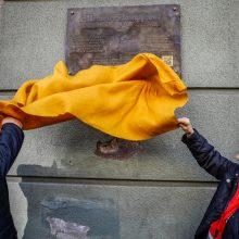 """Įamžino: Ant Herkaus Manto g. 1 pastato sienos atidengta atminimo lenta, liudijanti, jog šiame pastate buvo spausdinamas vienas seniausių Klaipėdos krašto laikraščių """"Memeler Dampfboot""""."""