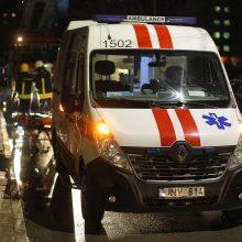 Ugniagesiai iš buto Kalniečiuose išnešė ir medikams perdavė sunegalavusią moterį