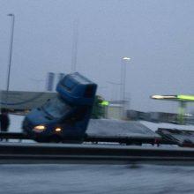 """Netoli """"Depo"""" ant kelio atitvarų užvažiavo krovininis automobilis"""