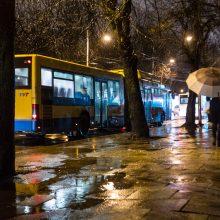Eismo sąlygas naktį sunkins lietus, kai kur – šlapdriba