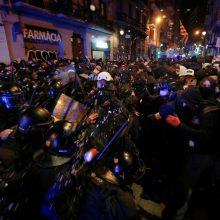 Barselonoje tęsiasi policijos ir demonstrantų susirėmimai per protestus dėl reperio arešto