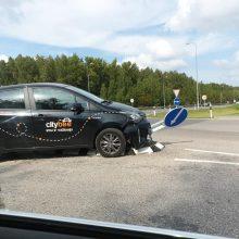"""""""CityBee"""" vairuotojas taranavo kelio ženklą"""