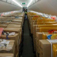 Kaune nusileido lėktuvas su dar viena aprangos ir kaukių siunta iš Kinijos