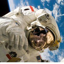 Į kosmosą išėję astronautai įrengė TKS dar vieną vietą erdvėlaivių susijungimui