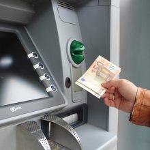 Didžiuosiuose miestuose prie bankomatų įkliuvo sukčiavimu įtariami asmenys