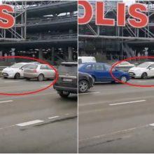 """Pasiklydo prie Kauno """"Akropolio"""": tarp daugybės automobilių važiavo prieš eismą"""