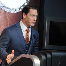 """""""Greiti ir įsiutę"""" žvaigždė J. Cena atsiprašė už tai, kad pavadino Taivaną šalimi"""
