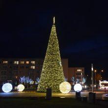 Šalčininkuose įžiebtą Kalėdų eglę puošia net 1100 burbulų