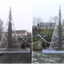 Anykštėnai į upės vidurį išplukdė Kalėdų eglę