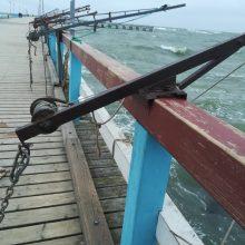 Vaizdas: žvejai metalinėmis gervėmis apkabinėjo visą Palangos tiltą.