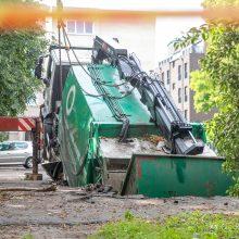 Neįprastas vaizdas: Kauno centre įlūžus asfaltui į duobę įkrito šiukšliavežis