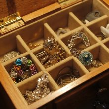 Trakų rajone pavogti juvelyrinių dirbinių už beveik 6 tūkst. eurų