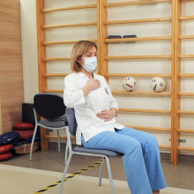 Reabilitacija persirgus COVID-19: pratimai, kuriuos galima atlikti namuose