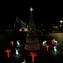 Kalėdinę eglę Marijampolė įžiebė tyliai ir saugiai: aikštėje nušvito visa šventinė giria