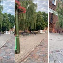 Kauno senamiestyje moteris į darbą paleido kojas ir kumščius <span style=color:red;>(vaizdo įrašas)</span>