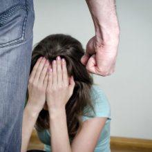 Kaune neblaivus kariškis namuose smurtavo prieš sutuoktinę