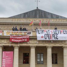 Darbo neturintys prancūzų kultūros darbuotojai užėmė Paryžiaus teatrą