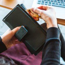 """Moters kortelę """"prarijo"""" bankomatas: akcentuoja saugumą, o siekia pasipelnyti?"""