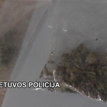 Pajūrio gyventojas – vėl pareigūnų rankose: šįkart su ginklais ir narkotikais