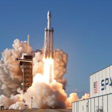 """""""SpaceX"""" atliko pirmąjį komercinį savo sunkiosios raketos paleidimą"""