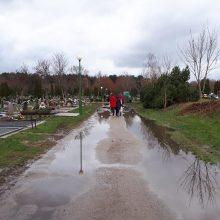 Lėbartų kapinėms ieškos pinigų: gyventojams tenka vaikščioti apsemtais takais