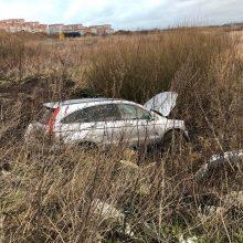 Nesėkmingos Naujųjų metų išvakarės Klaipėdoje: vairuotojo kelionė baigėsi griovyje