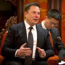 Kinija E. Muskui siūlo leidimą nuolat gyventi šalyje