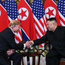 Hanojuje susitikę D. Trumpas ir Kim Jong Unas paspaudė vienas kitam rankas
