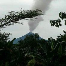 Papua Naujojoje Gvinėjoje išsiveržus ugnikalniui gyventojai bėga iš namų