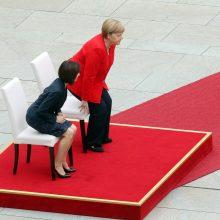 Nežinomybė dėl A. Merkel sveikatos tęsiasi: kanclerė himnų vėl klausėsi sėdėdama