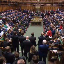 Po suspendavimo britų parlamentas susirinko į audringą pirmąjį posėdį