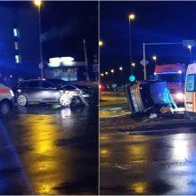 Chaoso iškamuotoje sankryžoje – avarija: nelaimės metu sumaitoti automobiliai