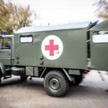 Tauragės rajone sužaloti keturi kariai: automobilis atsitrenkė į medį