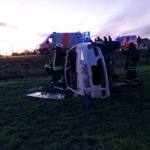 Avarija Panevėžio rajone: susidūrus dviem automobiliams vienas jų apvirto, nukentėjo keturi žmonės
