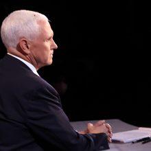 Per debatus ant M. Pence'o galvos nutūpusi musė pralinksmino žiūrovus
