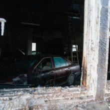 Kilus gaisrui autoservise Visagino savivaldybėje sudegė šeši automobiliai