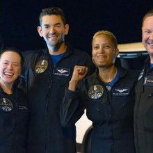 """""""SpaceX"""": pirmoji civilių įgula po trijų dienų kosmose sugrįžo į Žemę"""
