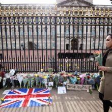 Gedintieji princo Philipo deda gėles prie Bakingamo rūmų