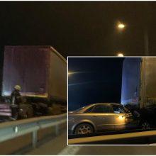 Magistralėje ties Giraite – skaudi avarija: lengvasis automobilis rėžėsi į vilkiką, prireikė medikų