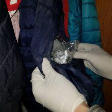 Jurbarke sulaikyti psichotropinių vaistų ir, įtariama, narkotikų turėję jaunuoliai
