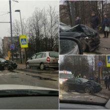 """Prie """"Girstučio"""" – skaudi avarija: po smūgio sumaitotas BMW automobilis"""