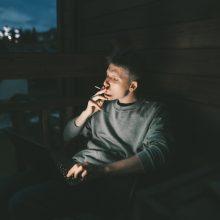 Pajūryje siekiama pažaboti rūkančius balkonuose: įstatymas sukiršins kaimynus?