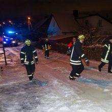 Kauno rajone – neeilinė ligonio gelbėjimo operacija: sniege įklimpo ir ugniagesiai, ir medikai