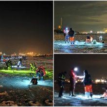 Ant Kuršių marių ledo policija patikrino 57 žvejus: vyrai puolė slėpti degtinės butelius