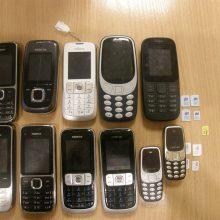 Prie Pravieniškių pataisos namų sulaikytas telefonus per tvorą permetęs vyras