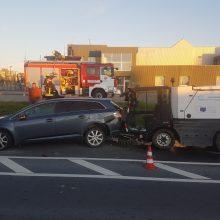 Gatvių šlavimo mašina sukėlė avariją: per girto vairuotojo manevrus nukentėjo dar trys automobiliai