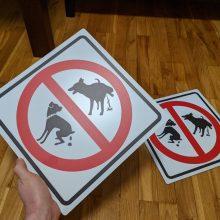 Dėl šunų išmatų – gyventojų pyktis: nori uždrausti savo kieme vedžioti šunis